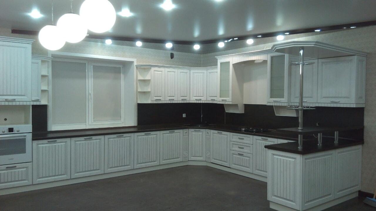 Кухня классика белая с черной столешницей