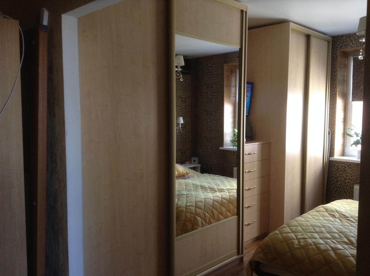Шкафы-купе в спальню с зеркалом