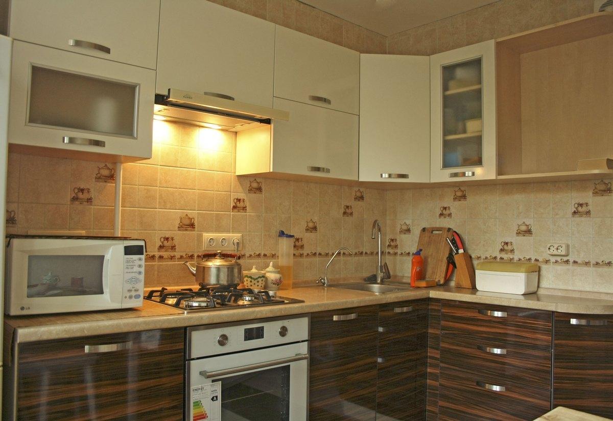 Кухня угловая с пластиковыми фасадами