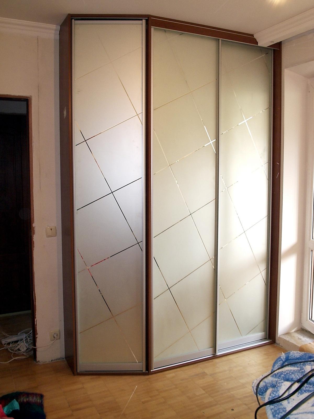 Шкаф-купе с угловой дверью