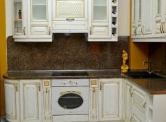Кухня белоснежная с золотой патиной