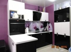 Кухня черно-белая с баром