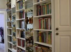 Шкаф белый под книги