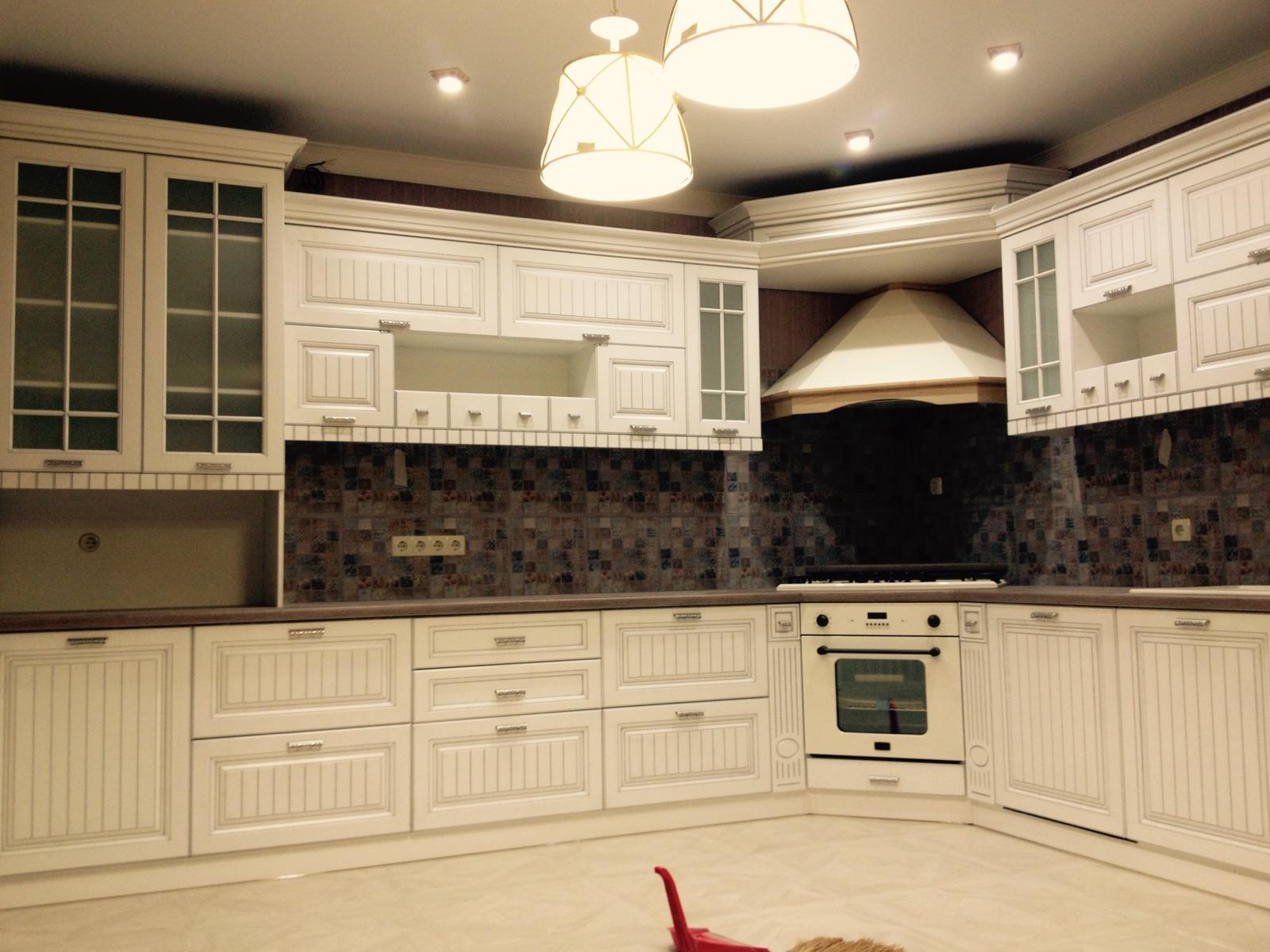 Кухня белая с угловой вытяжкой