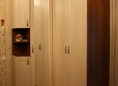 Шкаф распашной угловой с полкой