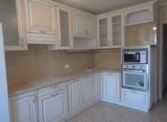 Кухня белая с встроенной вытяжкой
