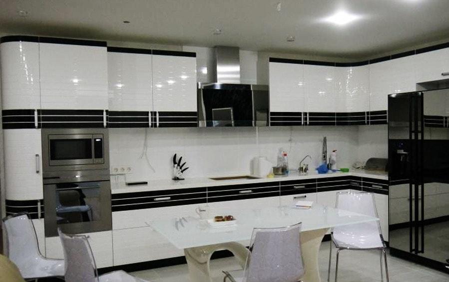 Кухня современная белая с черным
