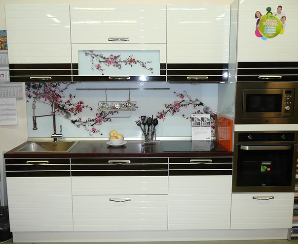 Кухня белый глянец с черными вставками