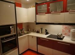 Кухня красно-белая с пеналом