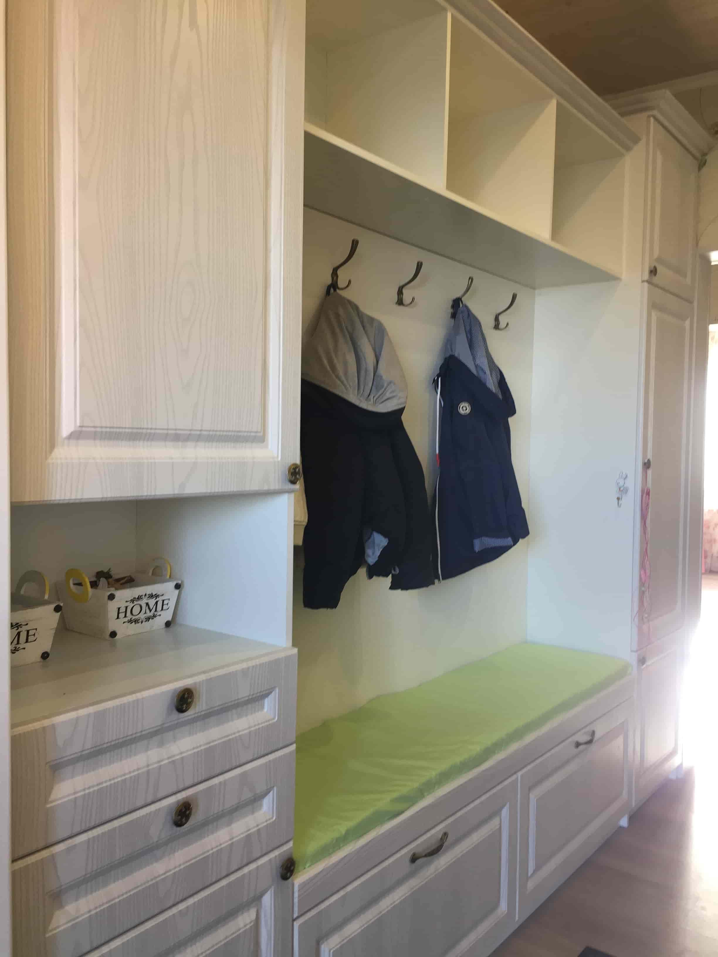 Шкаф с вешалками в коридор