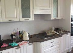 Кухня белая классика со встроенной техникой