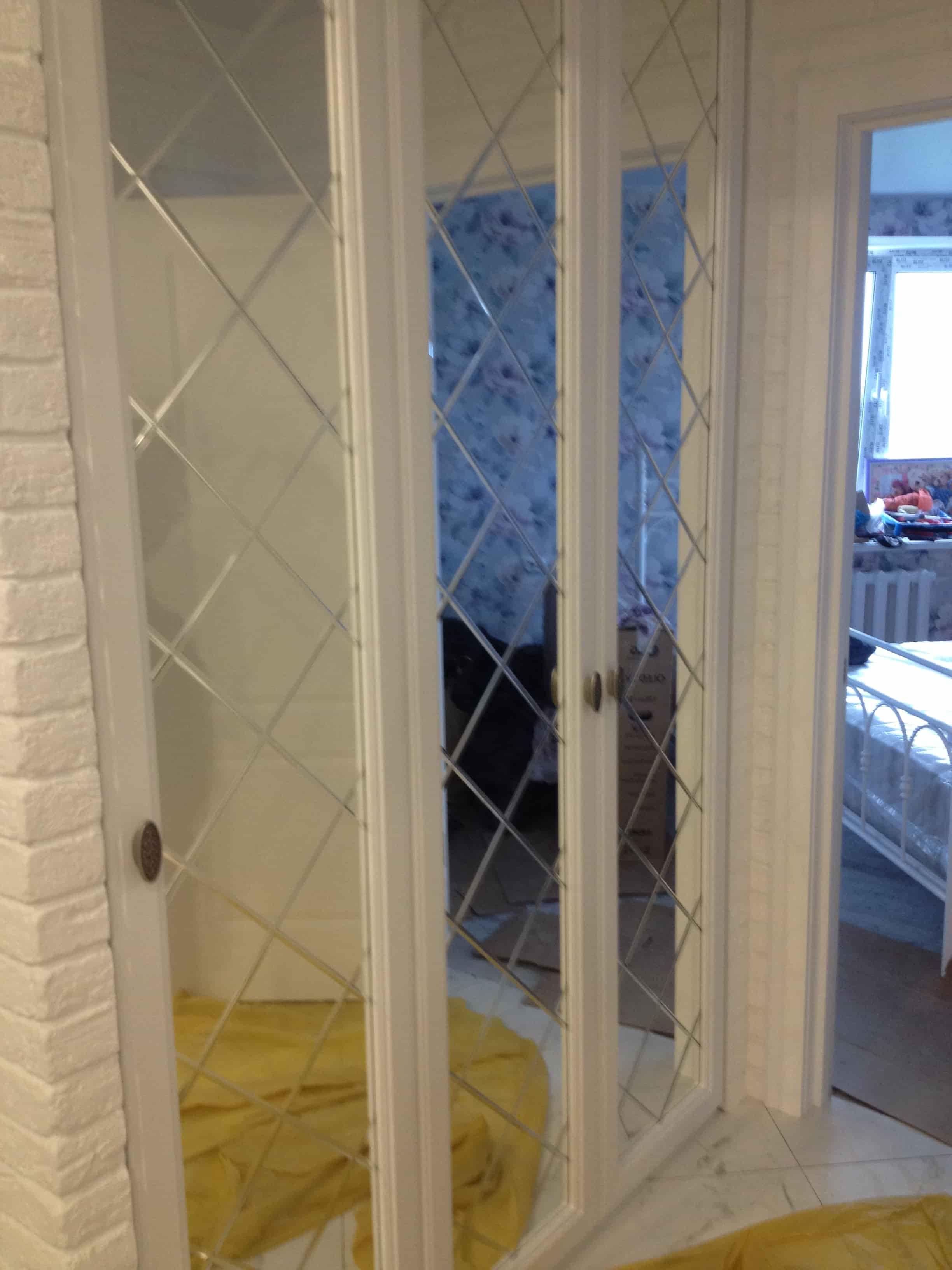 Шкаф встроенный в нишу зеркало с гравировкой