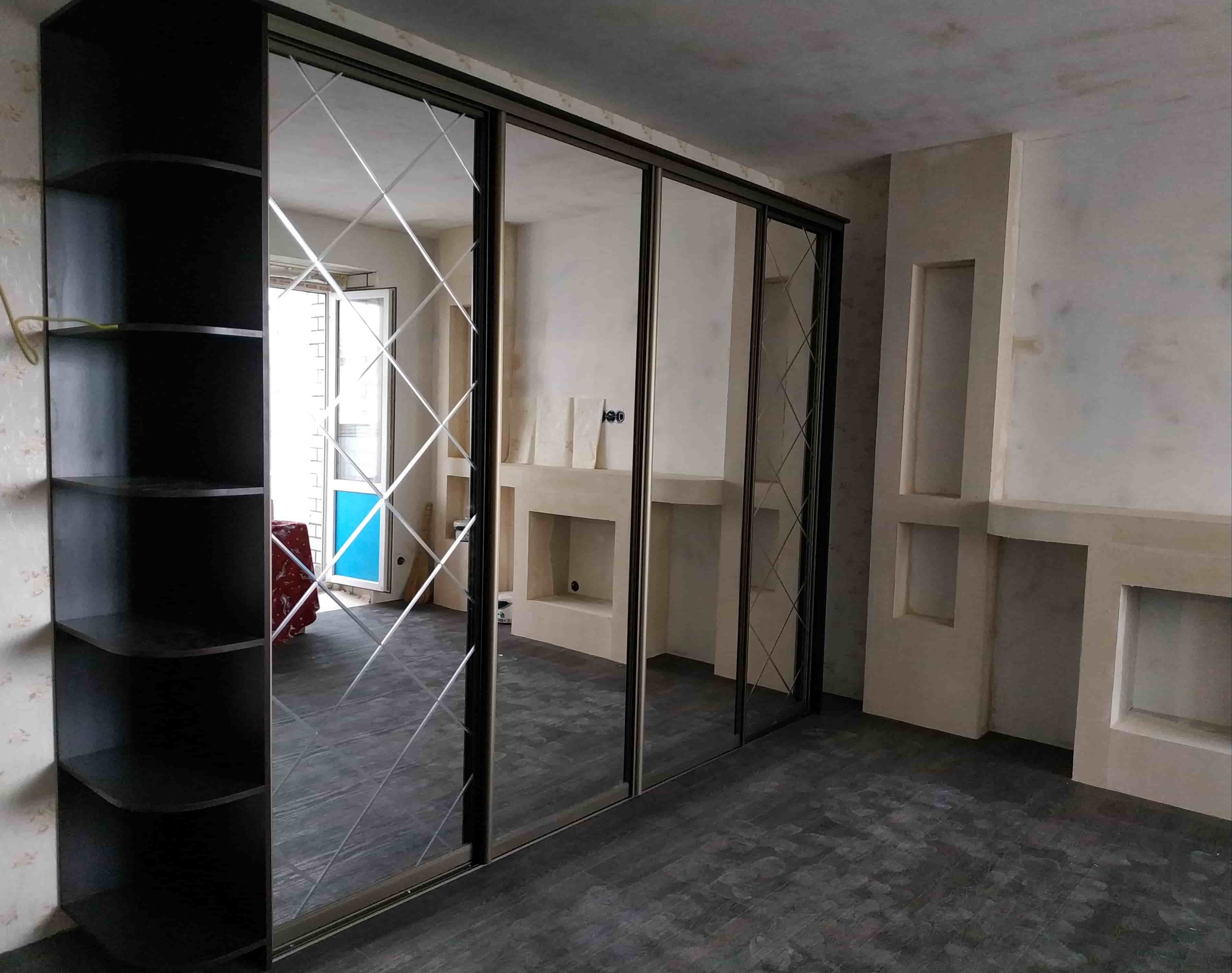 Шкаф-купе в спальню зеркало с гравировкой