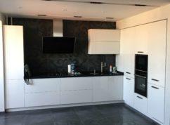 Кухня угловая с крашенными фасадами