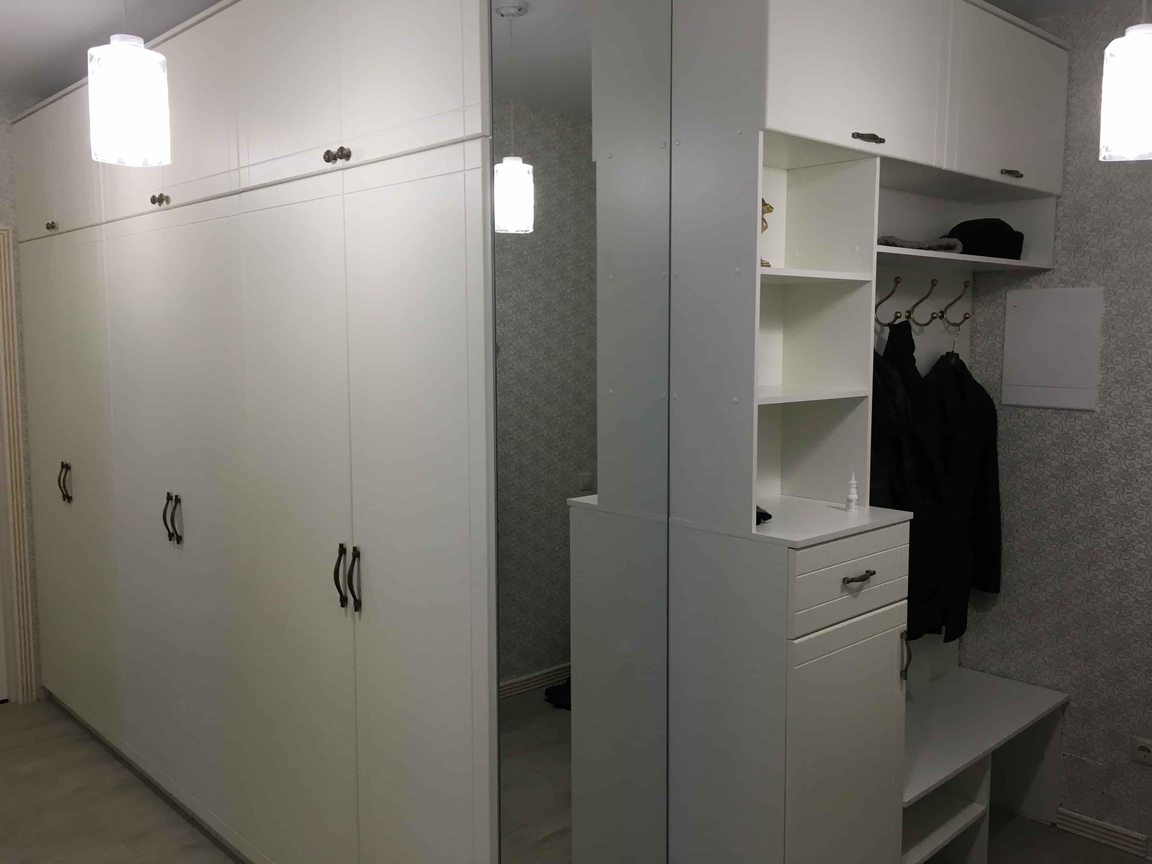 Шкафы распашные в прихожую с зеркалом