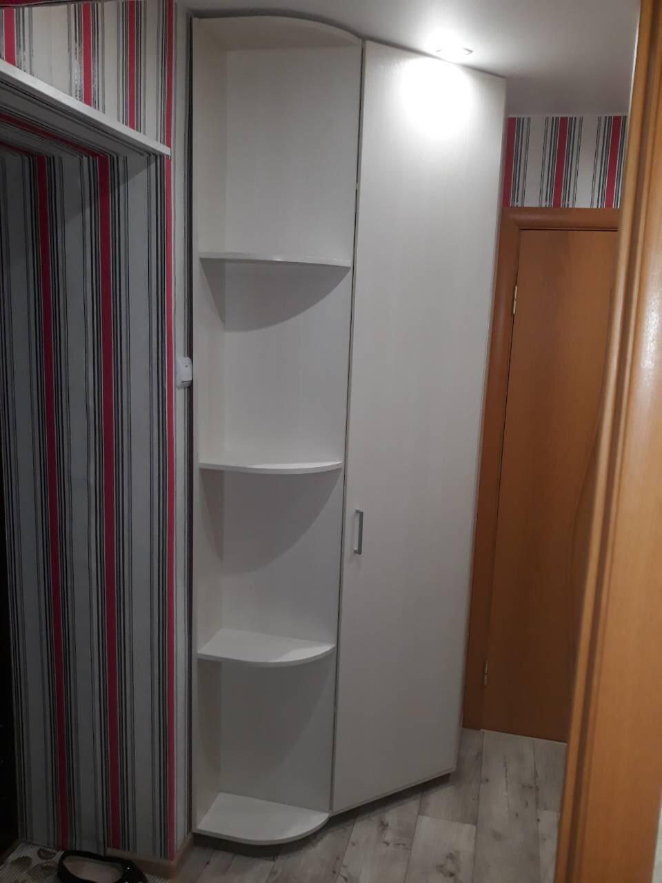 Шкаф угловой с полками в прихожую