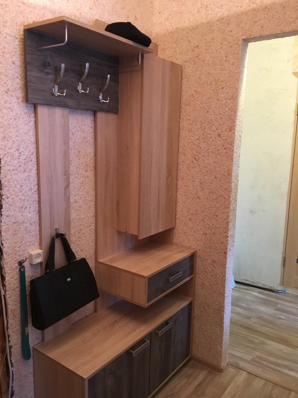 Шкаф с крючками в прохожую