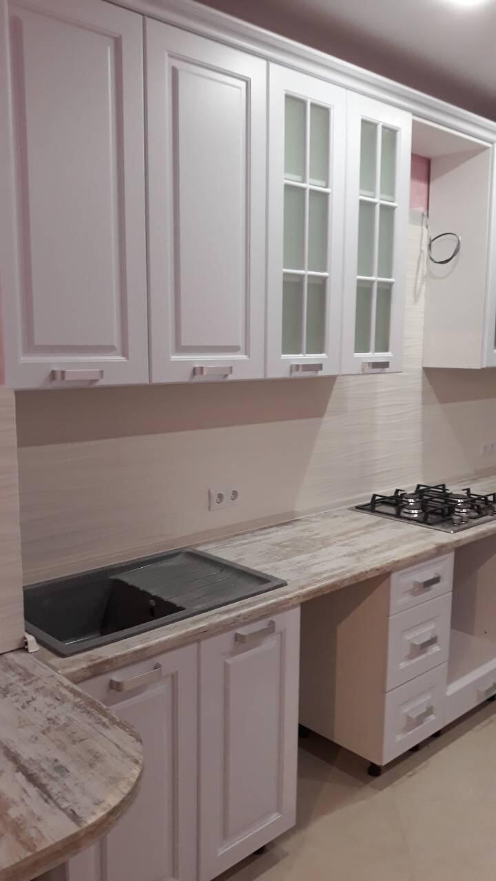 Кухня белая классика с радиусным углом