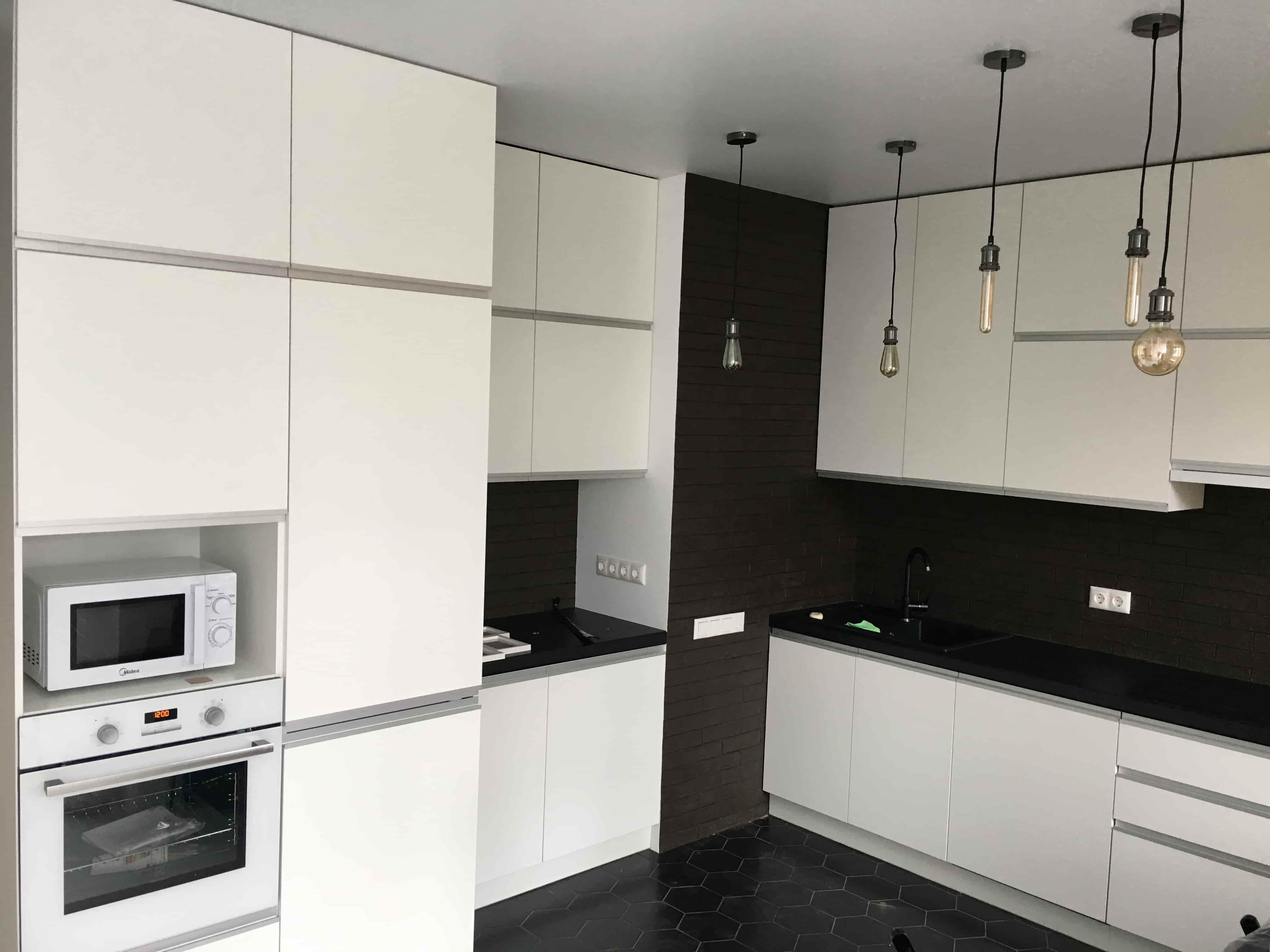 Кухня с акриловыми фасадами и врезными ручками